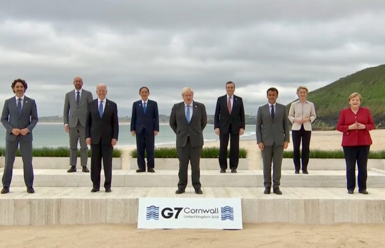 G7 leaders in family photo